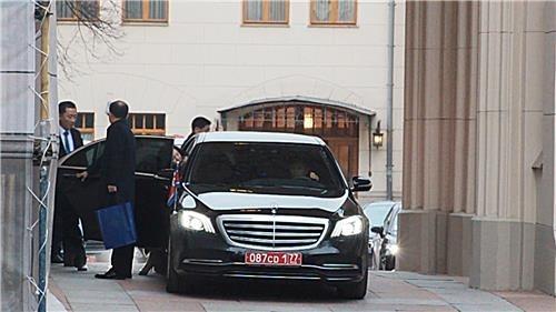 11月20日,在莫斯科,崔善姬走出俄罗斯外交部迎宾馆上车。 韩联社