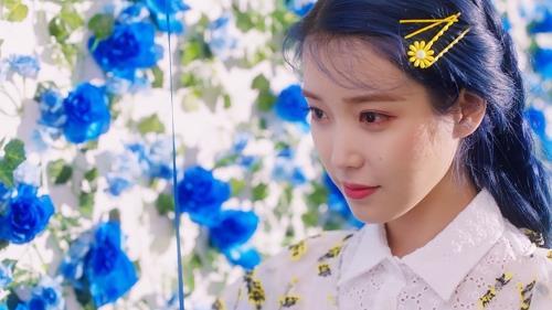 IU新辑主打歌《Blueming》图片 Kakao M供图(图片严禁转载复制)