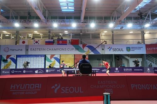 11月27日下午,在在俄罗斯符拉迪沃斯托克,韩朝男乒队上演激烈比拼。 韩联社