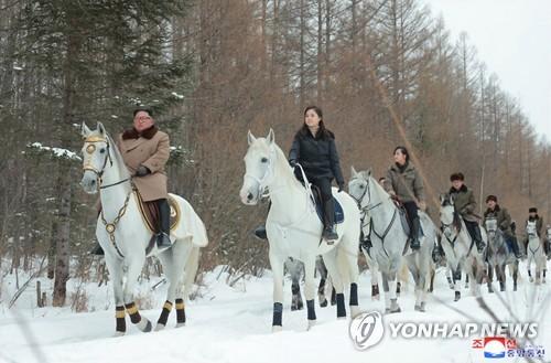 金正恩和夫人李雪主(左二)骑着白马赶雪路。 韩联社/朝中社(图片仅限韩国国内使用,严禁转载复制)