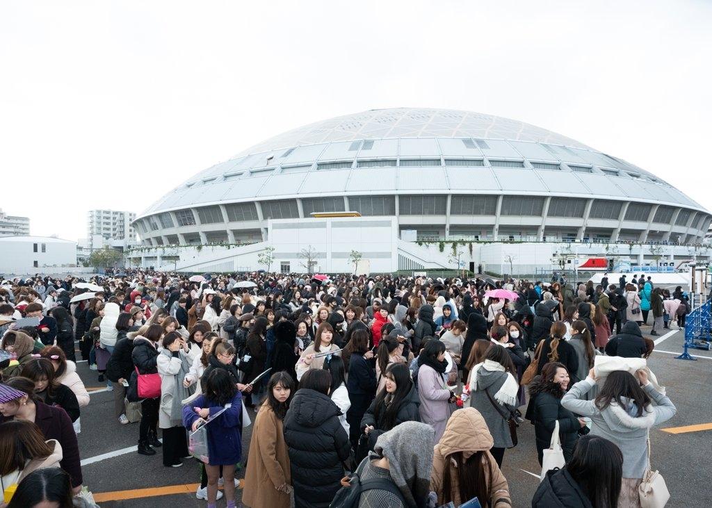 """12月4日下午,""""2019Mnet亚洲音乐大奖颁奖礼""""(2019 MAMA)在日本名古屋巨蛋举行。图为大批粉丝在场外热切等待。 Mnet供图(图片严禁转载复制)"""