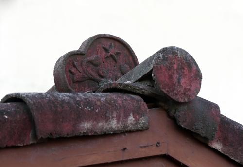 资料图片:富平美军基地的一建筑物瓦上还保留着象征日本陆军的星形图案。 韩联社