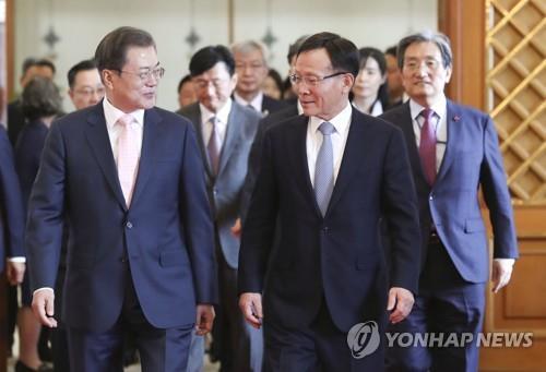 文在寅向新任韩驻外大使授予国书