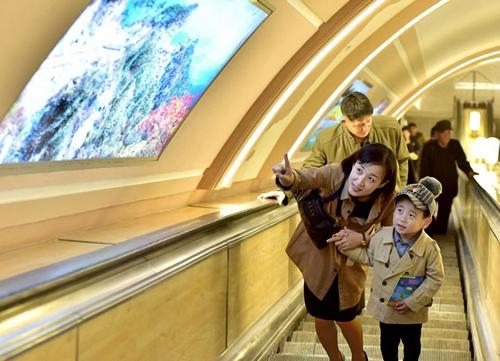 朝鲜平壤地铁焕然一新 干净便利堪比韩国