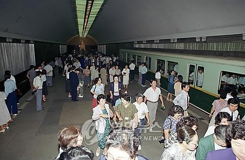 资料图片:韩联社记者1992年拍摄的平壤地铁站内部 韩联社