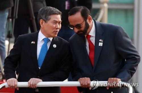 12月16日,在首尔韩国国防部,郑景斗与巴瓦迪检阅仪仗队时交谈。 韩联社