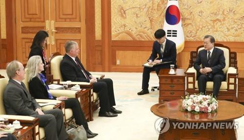 2月16日,在青瓦台,文在寅(右)接见美国对朝代表比根。 韩联社