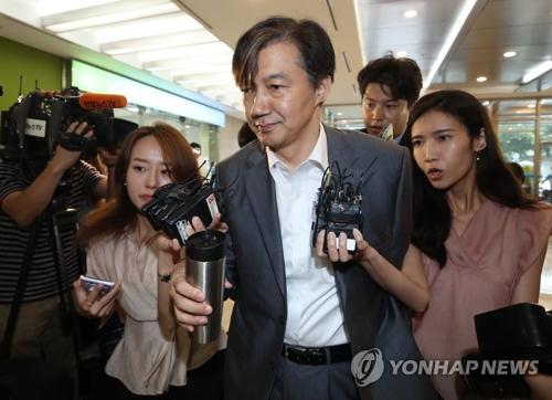 """资料图片:8月12日,在首尔钟路区,新任法务部长官被提名人曹国上班途中遭遇记者""""拦截""""。 韩联社"""