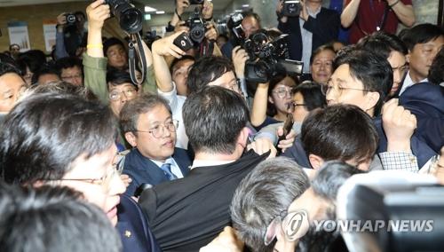 """资料图片:4月25日,自由韩国党和共同民主党因""""快速通道""""法案发生冲突。 韩联社"""