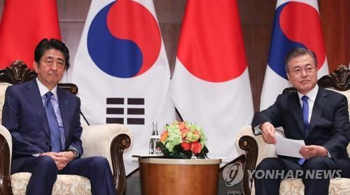 资料图片:当地时间2018年9月25日,在纽约,韩国总统文在寅(右)会见日本首相安倍晋三。 韩联社