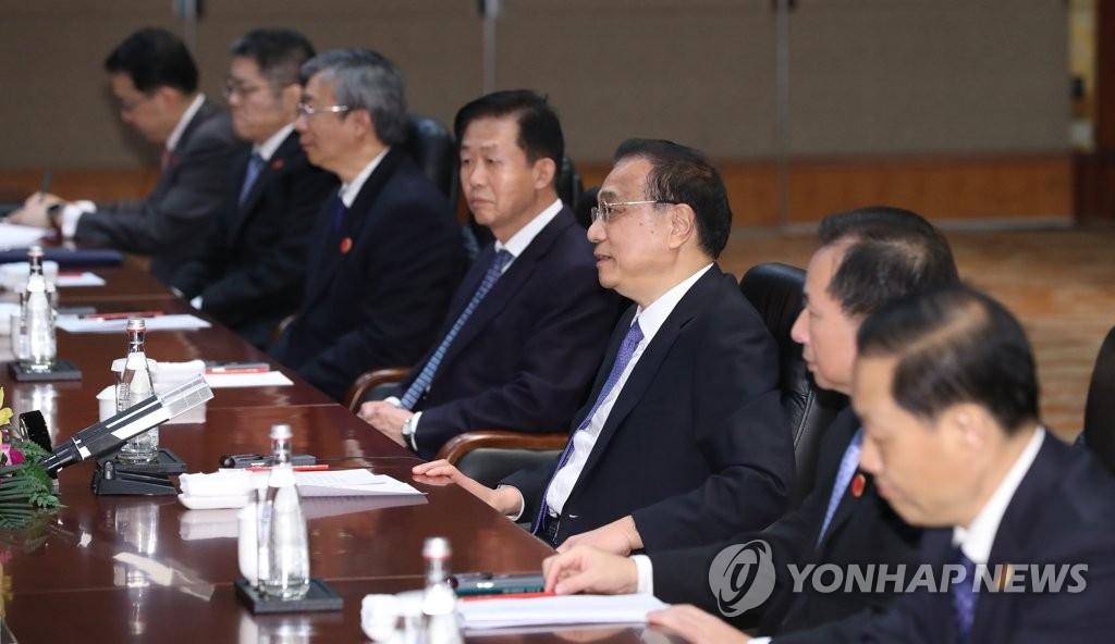 12月23日,中国国务院总理李克强(右三)和韩国总统文在寅在成都举行会谈。 韩联社