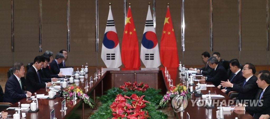 12月23日,韩国总统文在寅和中国国务院总理李克强在成都举行会谈。 韩联社