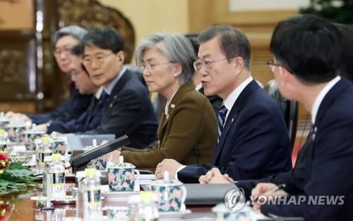 12月23日,在北京人民大会堂,韩国总统文在寅(右二)同中国国家主席习近平举行会谈。 韩联社