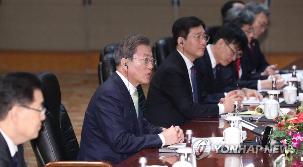 12月23日,韩国总统文在寅(左二)在成都同中国国务院总理李克强举行会谈。 韩联社