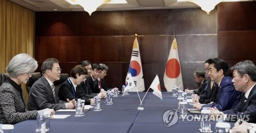 12月24日,在成都香格里拉大酒店,韩国总统文在寅(左二)和日本首相安倍晋三(右二)举行会谈。 韩联社