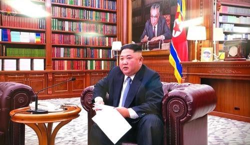 资料图片:2019年1日1日,在朝鲜劳动党中央委员会大楼,金正恩端坐在沙发上发表新年贺词。 韩联社