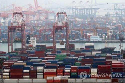 资料图片:釜山港出口货物装载。 韩联社