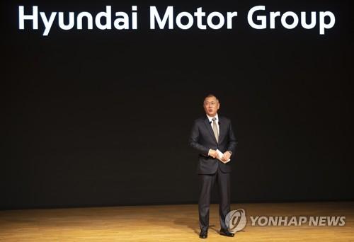 1月2日,现代汽车首席副会长郑义宣在首尔集团总部发表新年致辞。 韩联社