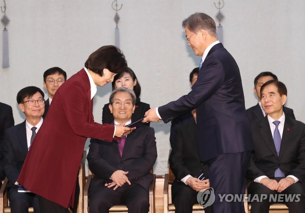 1月2日,在青瓦台,韩国总统文在寅(右)向新任法务部长官秋美爱授予任命状。 韩联社