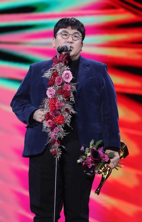 1月4日,在首尔高尺巨蛋,房时赫代表防弹少年团发表获奖感言。 韩联社/金唱片奖办公室供图(图片严禁转载复制)