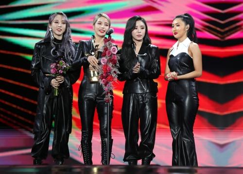1月4日,在首尔高尺巨蛋,女团MAMAMOO发表获奖感言。 韩联社/金唱片奖办公室供图(图片严禁转载复制)
