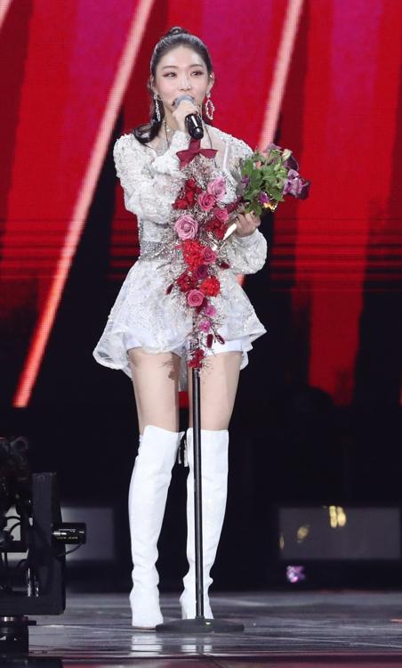 1月4日,在首尔高尺巨蛋,歌手请夏发表获奖感言。 韩联社/金唱片奖办公室供图(图片严禁转载复制)