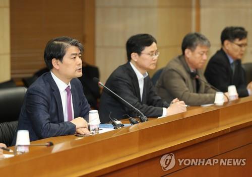 1月6日下午,在韩国贸易保险公社,产业通商资源部能源资源室室长朱泳俊(左一)在会上发言。 韩联社/产业通商资源部供图(图片严禁转载复制)
