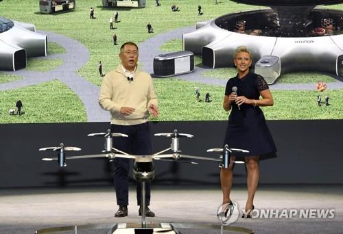资料图片:当地时间1月6日,在美国拉斯维加斯,郑义宣(左)出席媒体日活动并介绍S-A1。 韩联社/现代汽车供图(图片严禁转载复制)