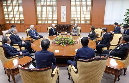 1月7日,在位于首尔的外交部大楼,韩国外长康京和与旅日韩裔韩侨组织代表团交谈。 韩联社