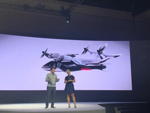 申在元(左)在CES上介绍现代汽车城市空中交通。 韩联社