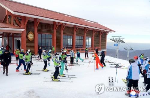 资料图片:在2018平昌冬奥之前,韩朝选手在马息岭滑雪场训练。 韩联社/朝中社(图片仅限韩国国内使用,严禁转载复制)