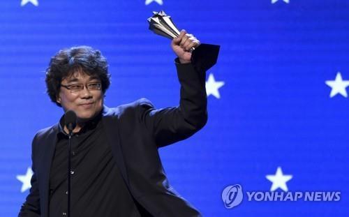 当地时间1月12日,奉俊昊夺得第25届评论家选择奖颁奖最佳导演奖。 韩联社/美联社(图片严禁转载复制)