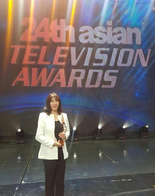 《天空之城》制片人金智硏(音)在亚洲电视大奖上捧获奖杯。 JTBC供图(图片严禁转载复制)