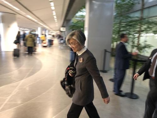 当地时间1月13日,韩国外长康京和(左)飞抵美国旧金山,准备出席将于次日举行的韩美外长会。 韩联社