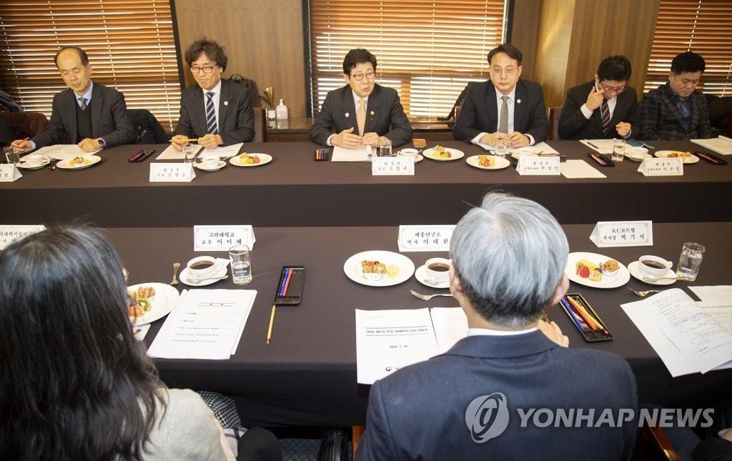 1月14日,在首尔中区新闻中心,韩国环境部举行2020年第一次韩中雾霾专家会议。 韩联社