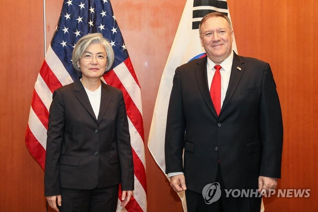 当地时间1月14日,在美国旧金山,韩国外长康京和(左)和美国国务卿蓬佩奥合影。 韩联社/韩国外交部供图(图片严禁转载复制)