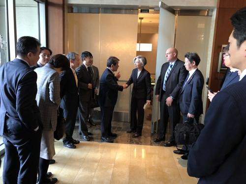 韩日外长在美讨论限贸和劳工问题解法