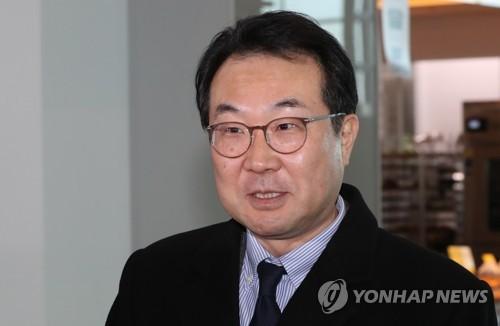 资料图片:1月15日上午,在仁川国际机场,李度勋登机赴美前接受记者采访。 韩联社