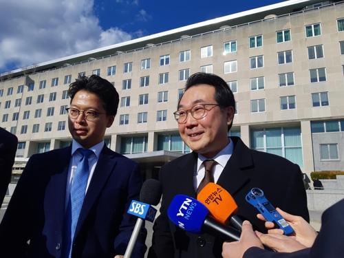 当地时间1月16日,韩国外交部韩半岛和平交涉本部长李度勋(右)会晤美国副国务卿比根后走出美国国务院大楼。 韩联社