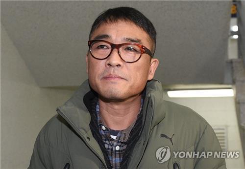 1月15日,歌手金建模到达首尔江南警察署。 韩联社
