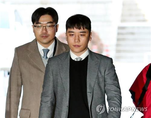 1月13日上午,胜利抵达首尔中央地方法院准备接受逮捕必要性审查。 韩联社
