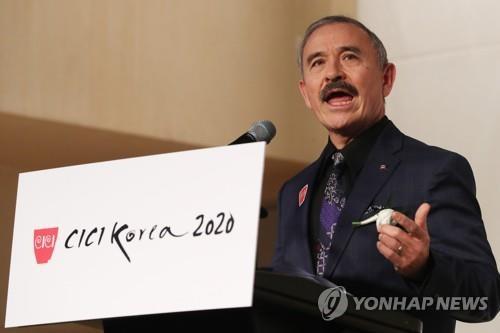 1月14日下午,在首尔COEX洲际酒店,哈里斯为2020韩国形象奖颁奖礼致贺词。 韩联社