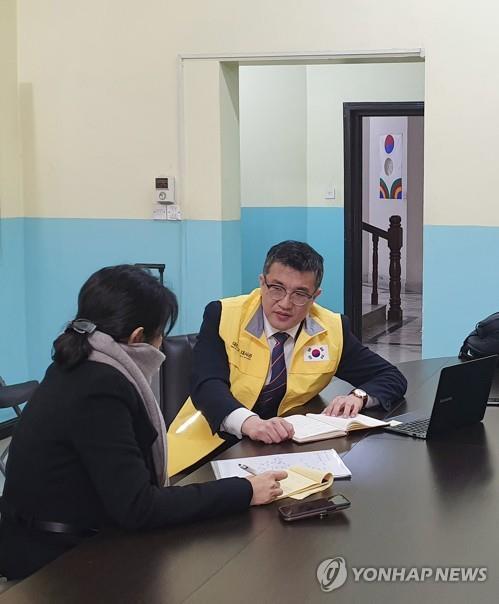 外交部急救队相关人员和失踪人员家属交谈。 韩联社