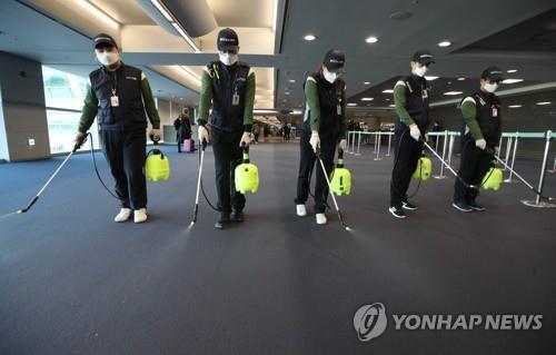 1月21日上午,在仁川国际机场第一航站楼入境大厅,机场卫生工作人员开展消毒作业,全面防控新型冠状病毒肺炎疫情。 韩联社