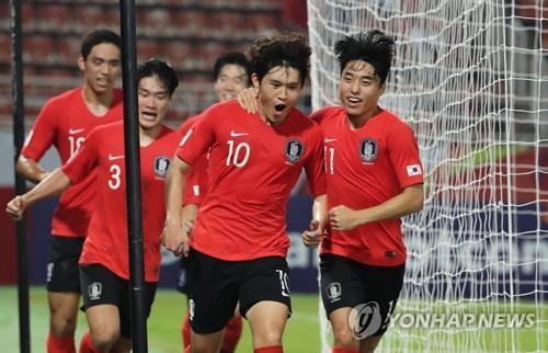 1月22日,在泰国兰实,韩国队选手李东炅(右二)与队友们庆祝进球。 韩联社
