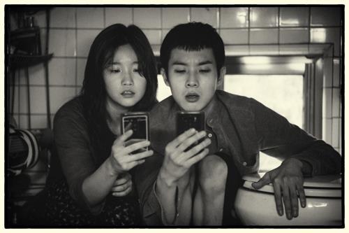 资料图片:《寄生虫》黑白版剧照 CJ娱乐传媒集团供图(图片严禁转载复制)