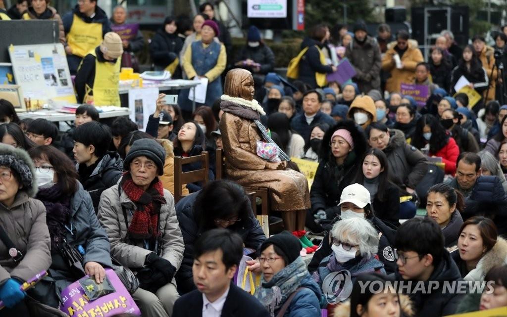 """资料图片:2019年12月25日,在首尔日本驻韩使馆旧址前,要求日本政府解决慰安妇受害者问题的第1419次""""周三集会""""如期举行。 韩联社"""