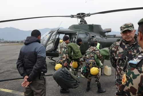 投入搜救的尼泊尔特种兵 韩联社