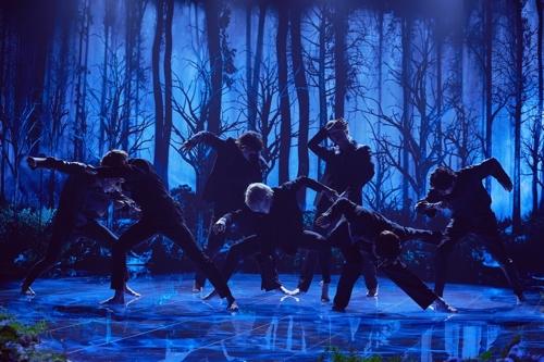 当地时间1月28日,防弹少年团(BTS)在《詹姆斯·柯登深夜秀》上公开《Black Swan》舞台。 韩联社/Terence Patrick供图(图片严禁转载复制)
