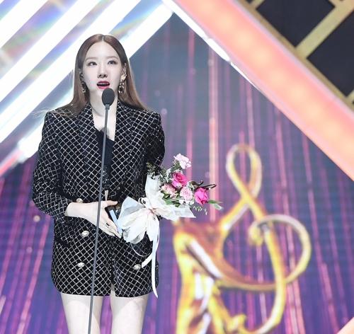 1月30日,第29届High1首尔歌谣大赏颁奖典礼在首尔高尺天空巨蛋举行。图为歌手泰妍发表获奖感言。 韩联社/《首尔体育》供图(图片严禁转载复制)